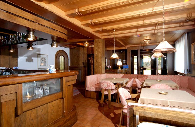 Sala da pranzo e cucina curata, bar e soggiorno, Hotel Garden ...